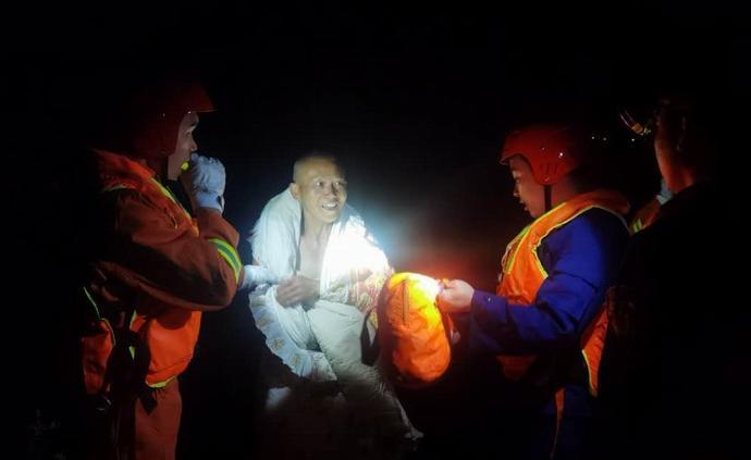 暖聞|工人汛期獨自下河游泳被困孤島,危急時刻被消防救出