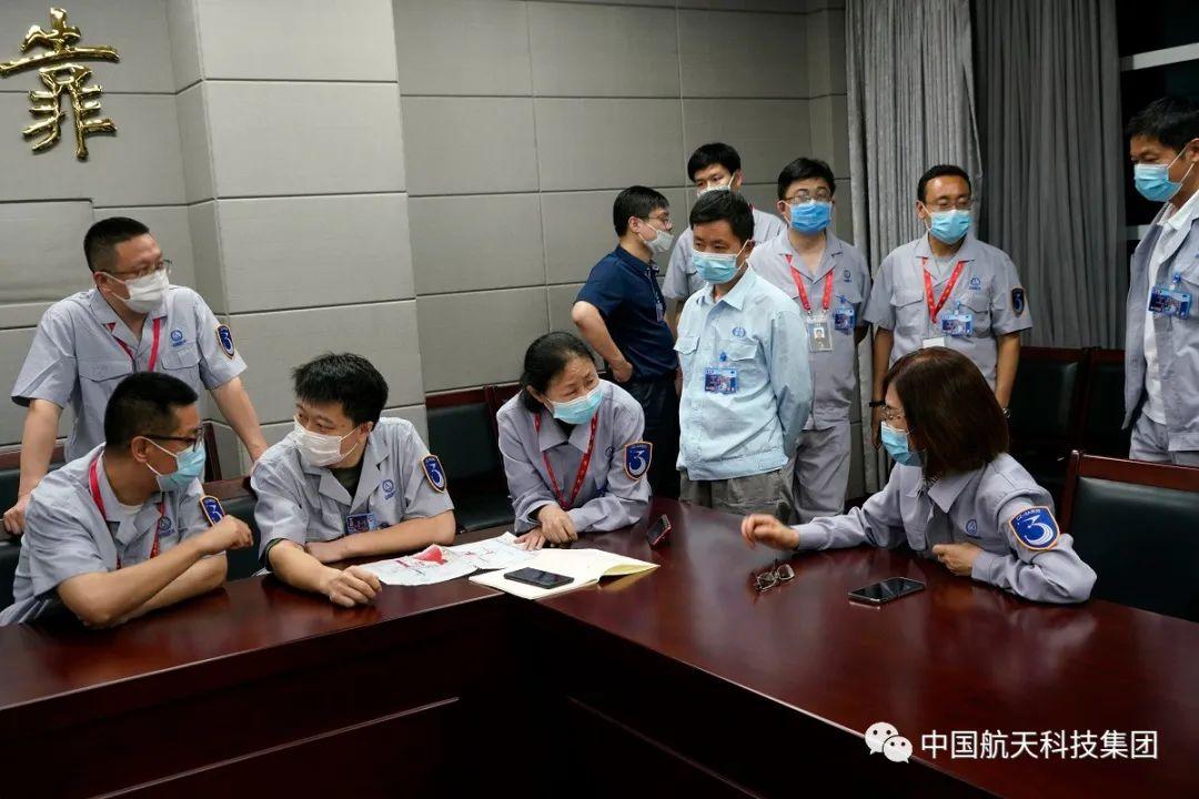 """6月15日20时43分,火箭""""两总""""和技术人员针对技术问题进行紧急会商(刘淮宇 摄)"""