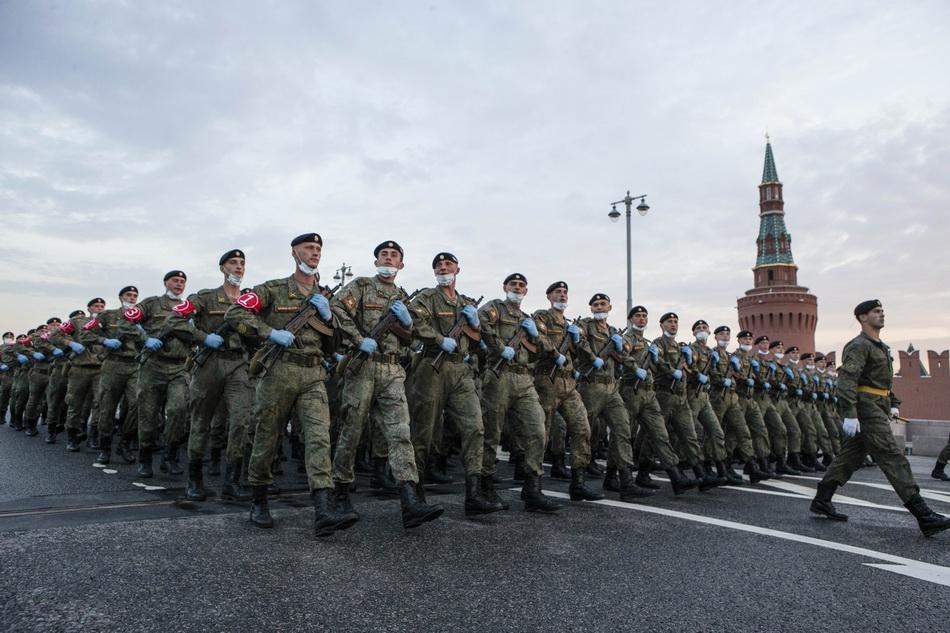 6月18日,步兵方队在俄罗斯首都莫斯科参加阅兵式彩排。 俄罗斯6月24日举行纪念卫国战争胜利75周年阅兵式。 新华社 图
