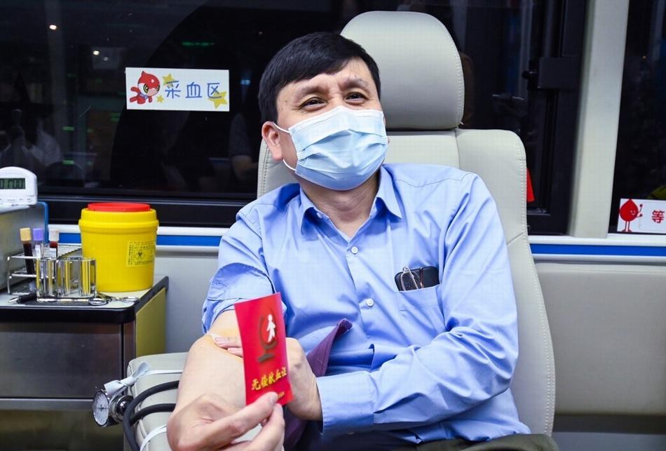 张文宏献血现场。本文图片 上海市血液中心提供