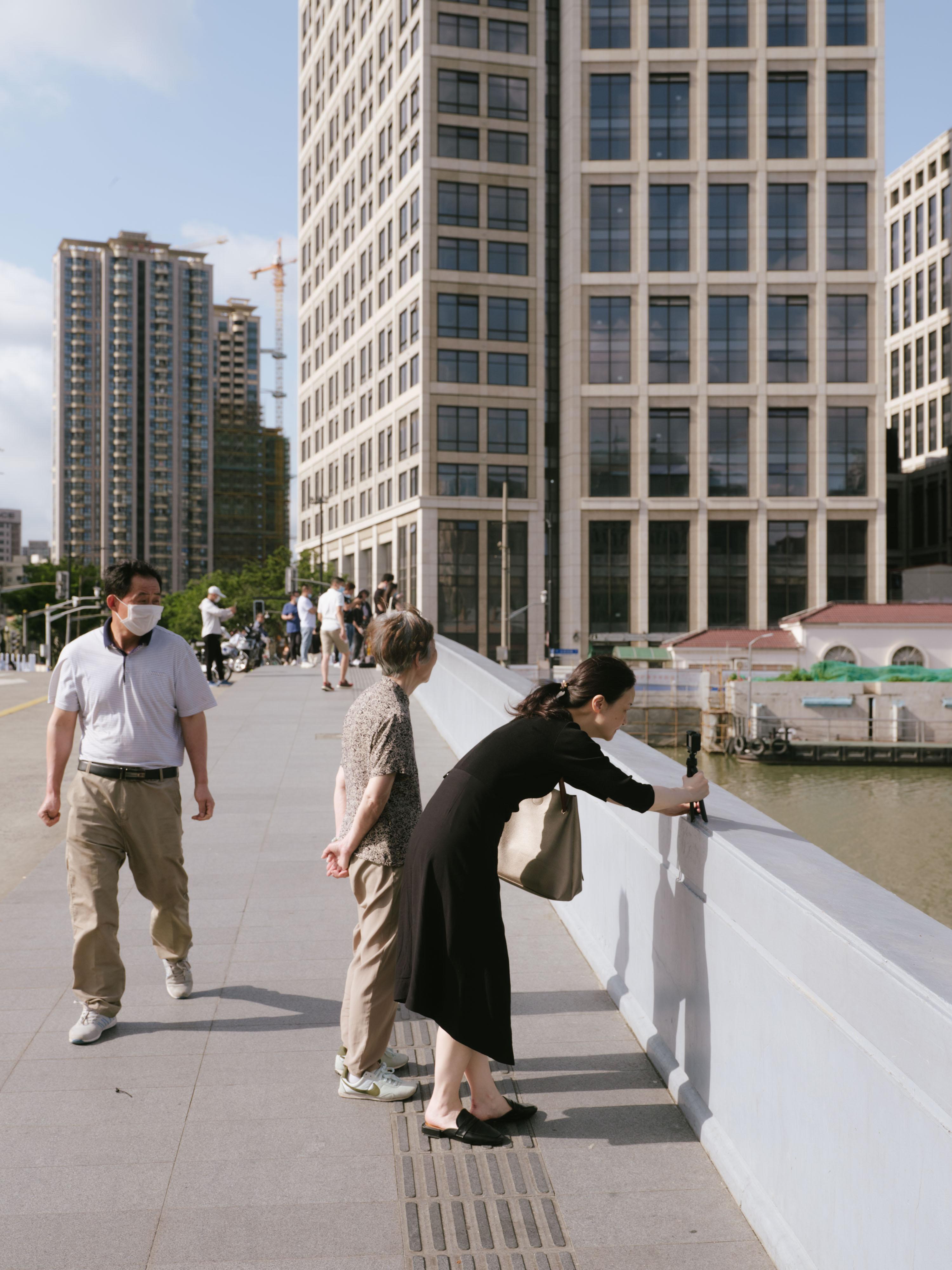 乍浦路桥上有不少人停留,对着东方明珠的方向留影纪念。 澎湃新闻记者 周平浪 图