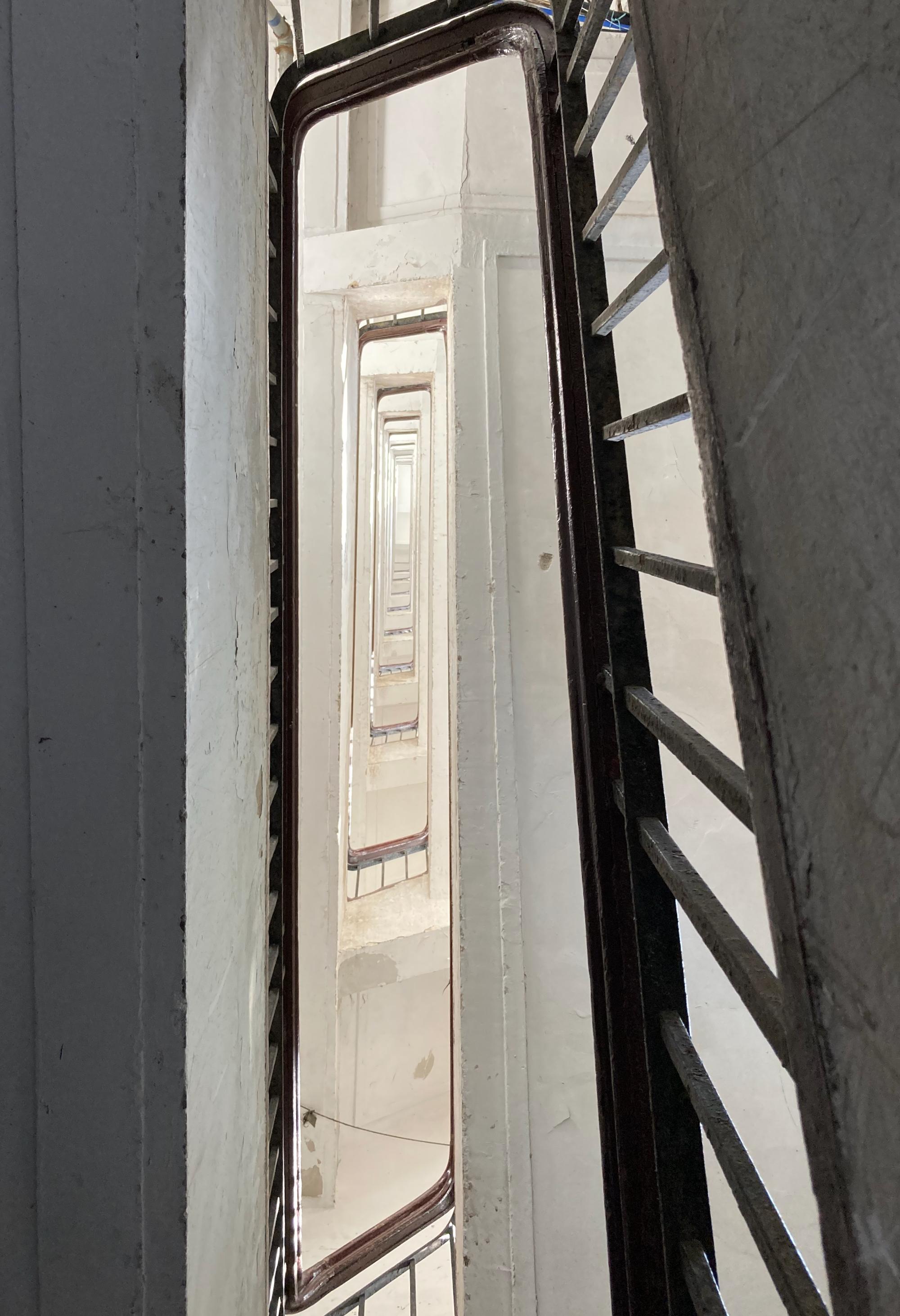 河滨大楼里的旋转楼梯。 btr 图