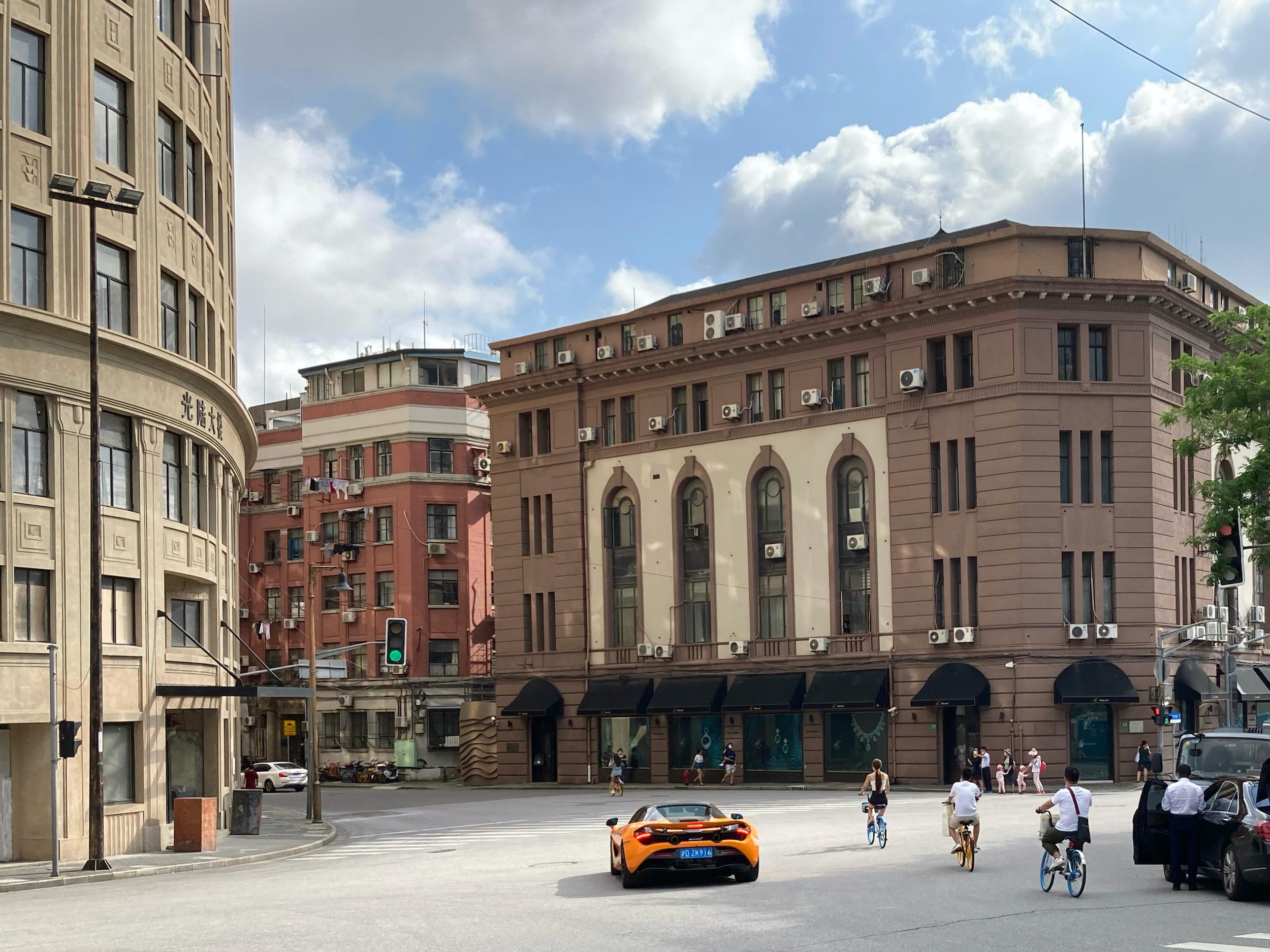 黄浦区虎丘路路口,左边为光陆大楼。btr 图