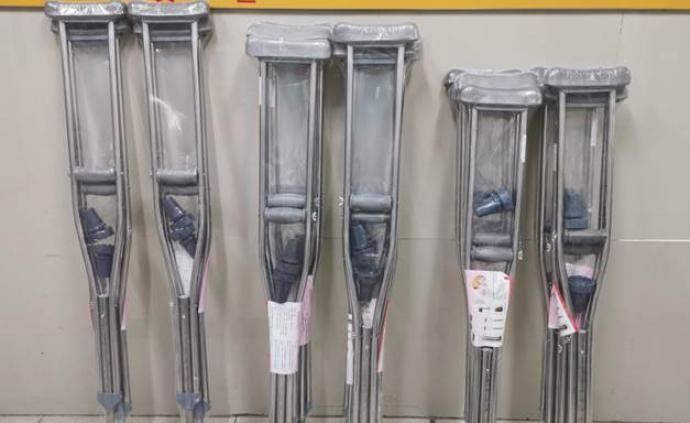 暖聞|湖北患者寄10副拐杖回贈醫院,禮物因疫情遲到了數月