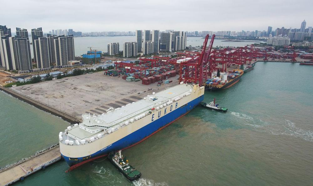 """2020年2月16日,滚装货船""""劳拉""""轮驶入海口秀英港,这是海南自贸区政策实施以来的首艘汽车外贸船。新华社记者杨冠宇摄"""