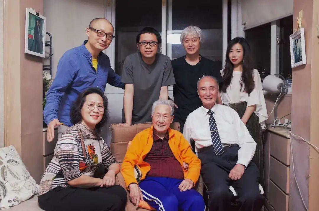 唐浩泉先生(右一)