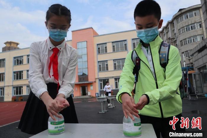 小学生消毒。苍雁 摄