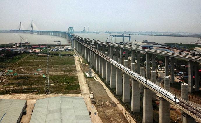 直击|沪苏通长江公铁大桥正式通车,张家港市民在长江边仰望