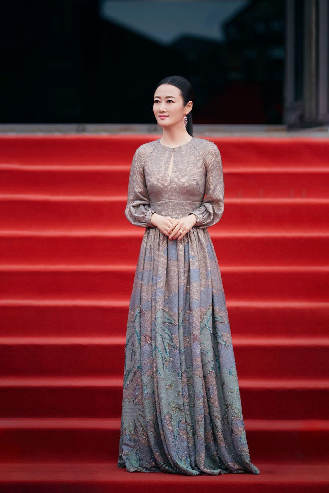2019年,赵涛亮相平遥国际电影伸开幕红毯。