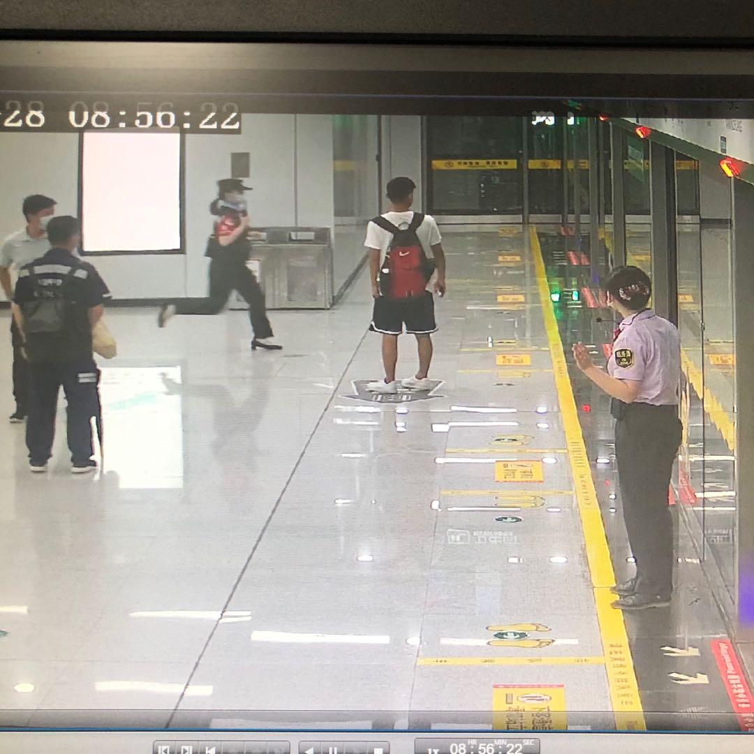 合肥市轨道交通3号线南新庄站,辅警陈春惠听到呼救后,冲进车厢