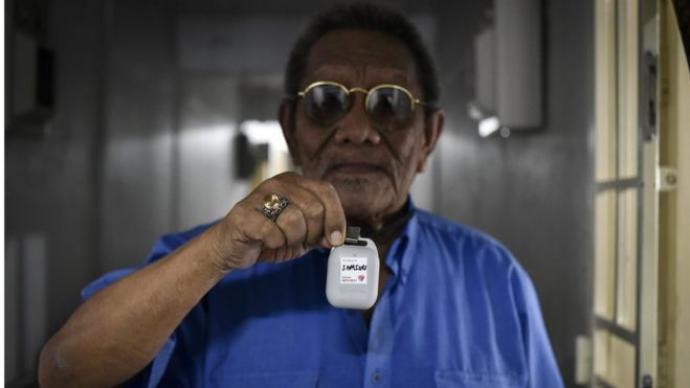 老人没有智能手机怎么办?新加坡推出新冠密接者追踪设备