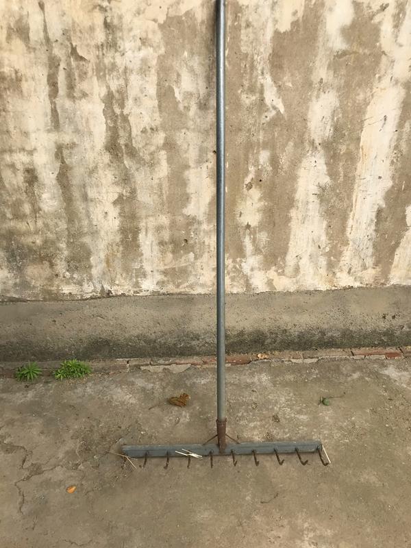 村民用来处理秸秆的铁耙。