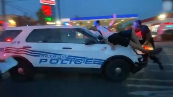 警车撞人!美国底特律警察开车冲撞示威人群
