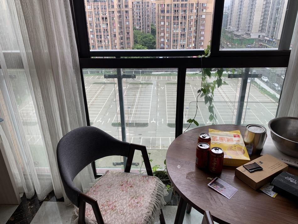 6月28日,祝小小坐在窗户上,一头倒向楼下。 本文图片澎湃新闻记者 胥辉