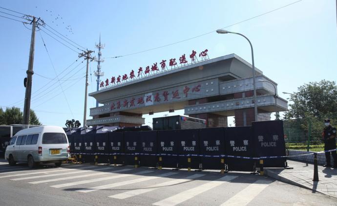 北京:300余名专业消毒人员全面消杀新发地市场封控区