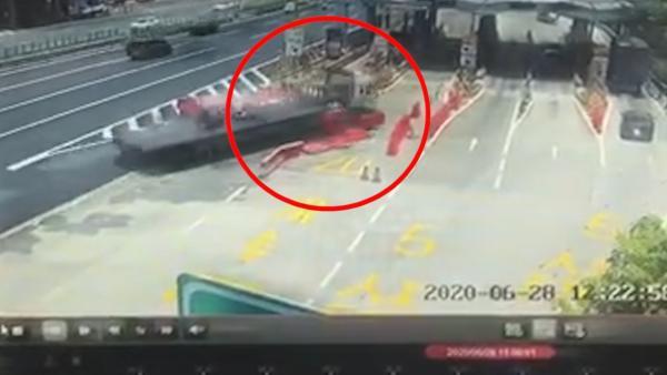 牵引挂车撞上轿车,失控冲入收费站
