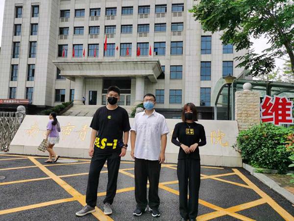 """7月3日庭审之前,三名原""""豫章书院""""学员在法院门口合影。 澎湃新闻记者 朱远祥 图"""