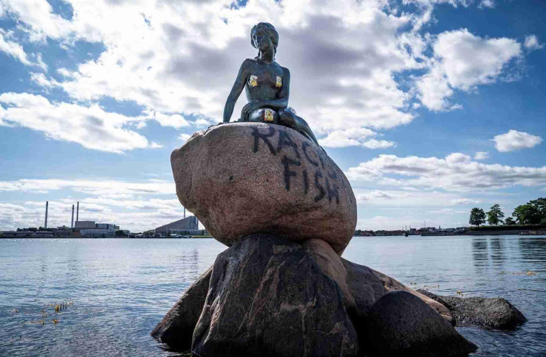"""小美人鱼雕像被喷上""""种族主义鱼""""涂鸦"""