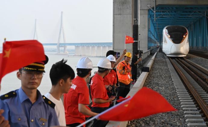 7月1日,沪苏通长江公铁大桥即将正式通车。沪苏通长江公铁大桥是继南京长江大桥之后江苏第二座公铁两用大桥,6月30日傍晚,沪苏通铁路进行了开通前的试运行。除署名外,本文图片均为澎湃新闻记者 朱伟辉 图