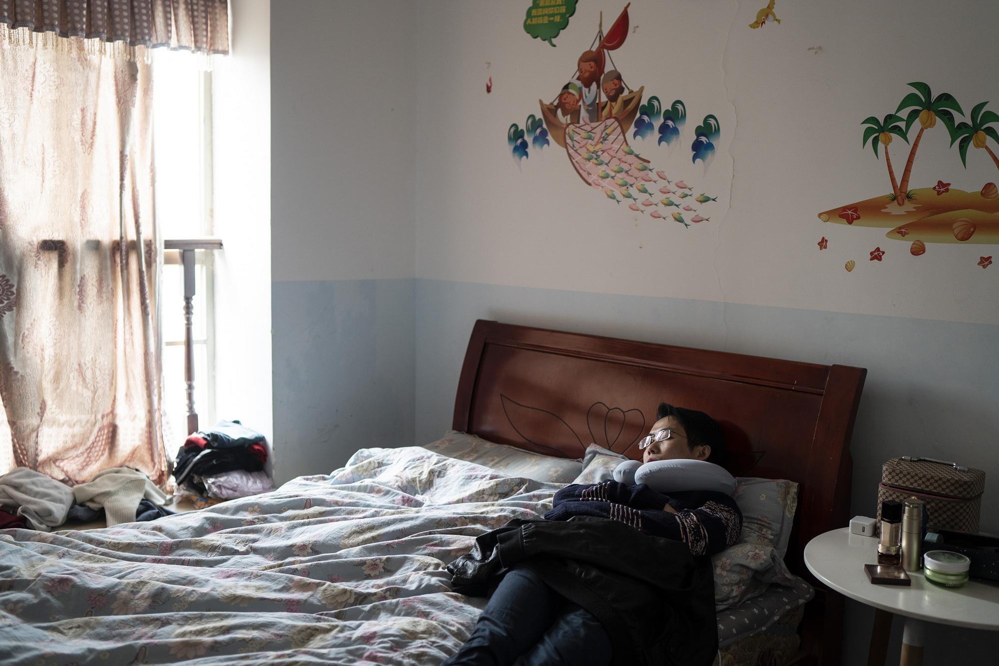 2020年2月20日,正在休息的王体能。每晚凌晨三四点才入睡,王体能白天见缝插针地补觉。