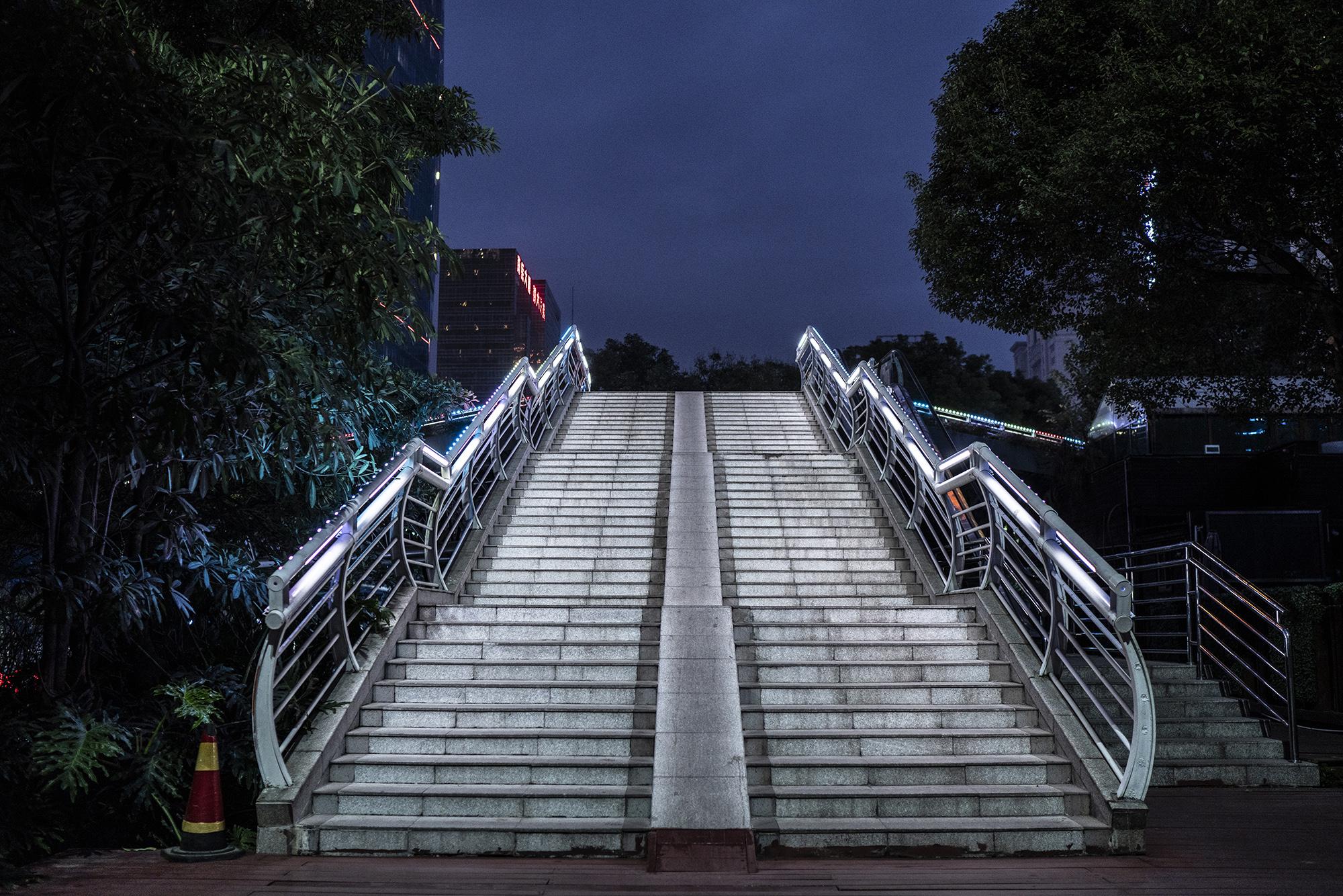 2020年2月1日,广州市中央空荡荡的人走天桥。
