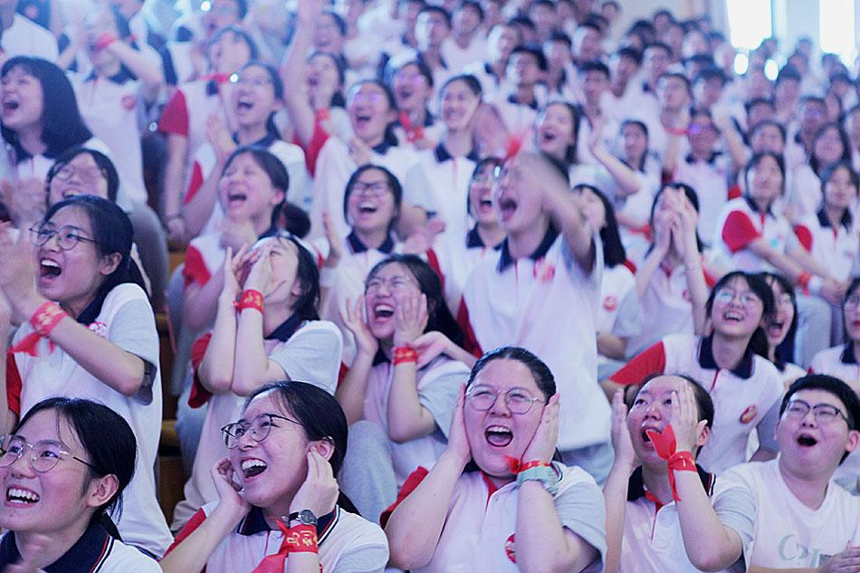 7月3日,重慶,永川中學2020級畢業典禮暨高考壯行會在校園舉行,高三學子齊誦誓詞《決戰在即,歌以壯行》。2020年高考將于7月7日拉開大幕。陳仕川/人民視覺 圖?