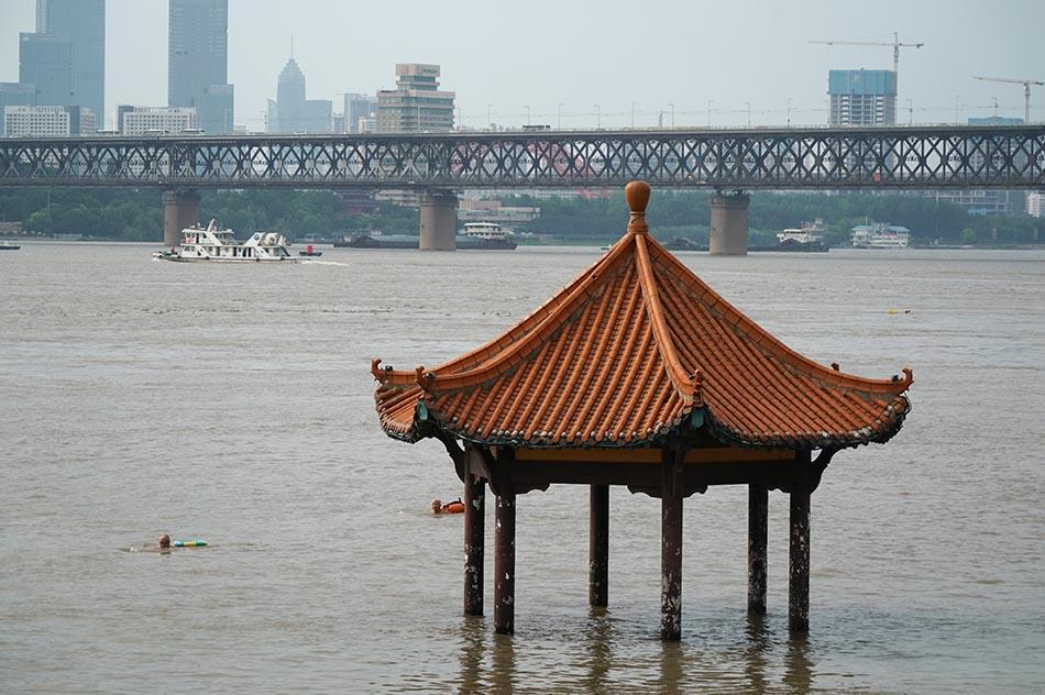 7月3日,武漢,江水將武昌黃花磯親水平臺淹沒。當晚8時,長江漢口站水位達到25.88米,突破25米的設防水位。周國強/人民視覺 圖