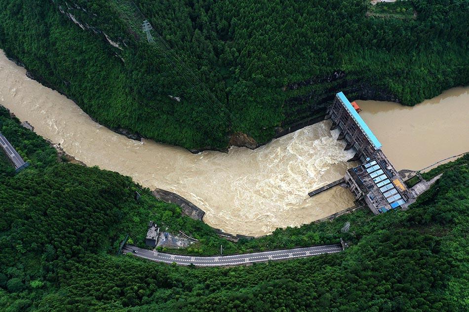 7月5日,重慶市黔江區箱子巖水電站泄洪。7月4日晚,黔江區范圍內再次迎來一輪強降雨過程,位于阿蓬江中下游的箱子巖水電站緊急加大泄洪量,確保汛期安全。楊敏/人民視覺 圖