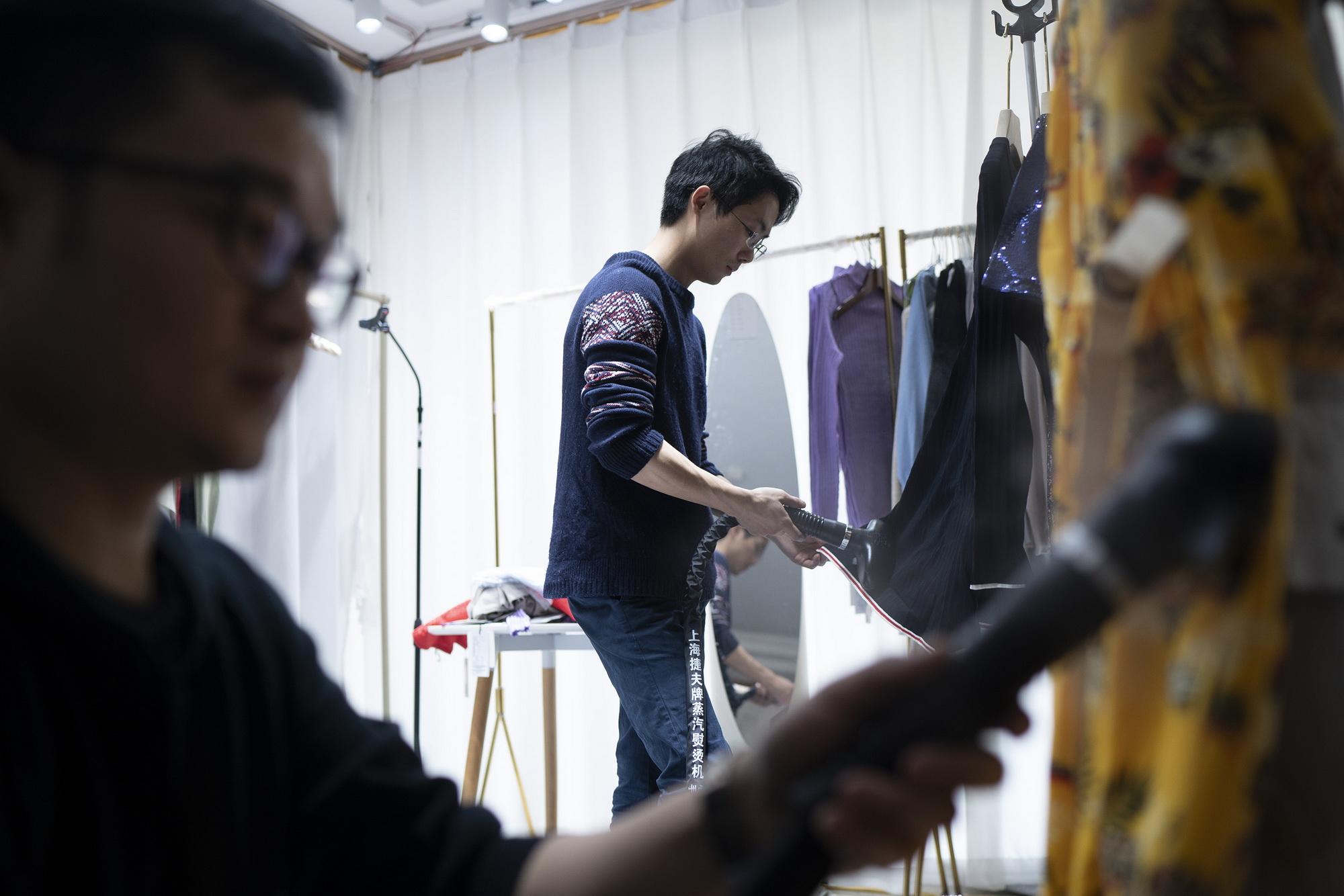 2020年2月20日,王体能和同事在清理直播必要用到的衣物。