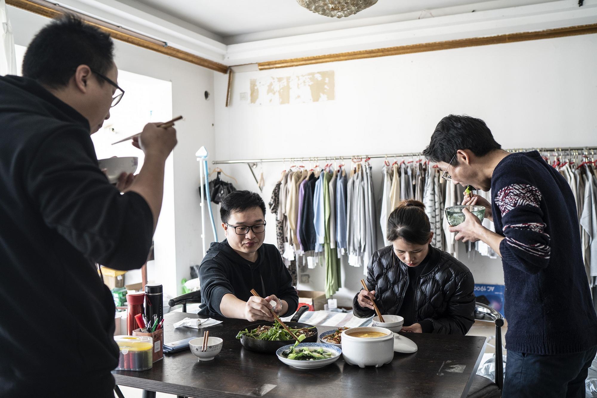 2020年2月20日,王体能和团队成员在工作室里一起吃午饭。