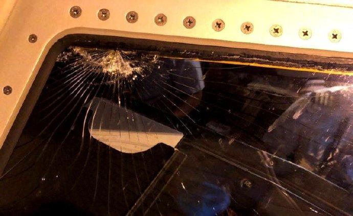 瑞麗航空西安至昆明航班掛7700緊急代碼,風擋玻璃有裂紋