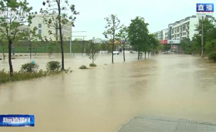 视频丨安徽歙县河水倒灌进城区,有车辆被淹