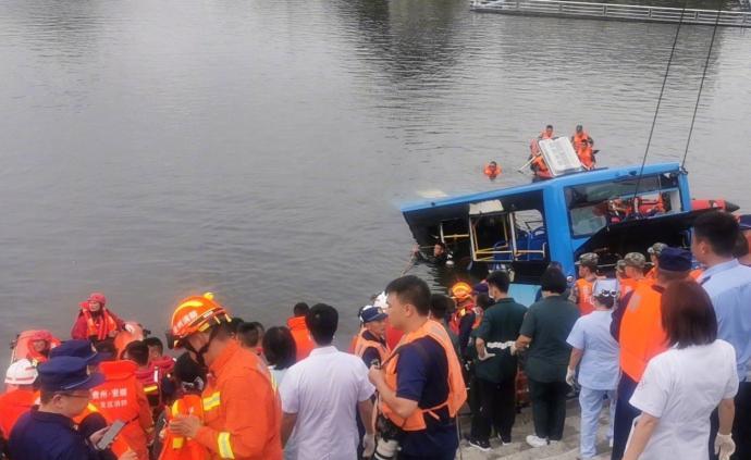 贵州安顺:坠湖公交车救出18人中已有2人遇难