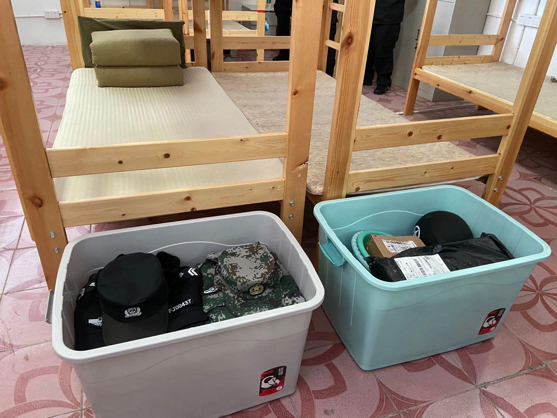 安业雷在淮安市公安局巡特警支队宿舍内的床铺,两个箱子中是他的遗物。同事介绍,事发突然,安业雷的快递还未取。澎湃新闻记者 赵思维 图