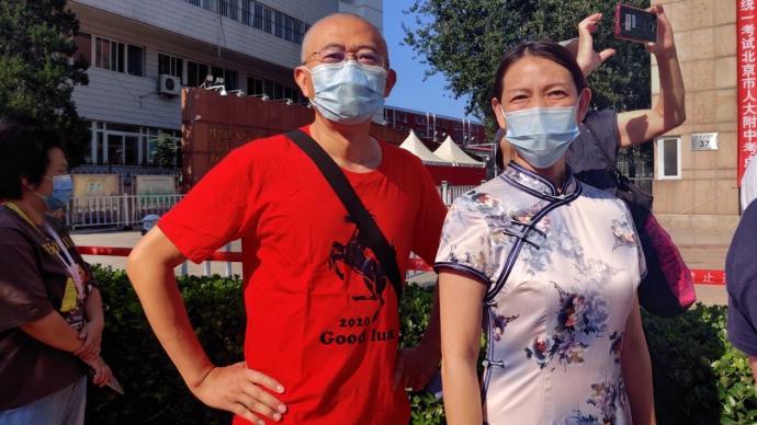 """北京今年高考首日:考生表情轻松,家长穿""""黑马""""T恤助考"""