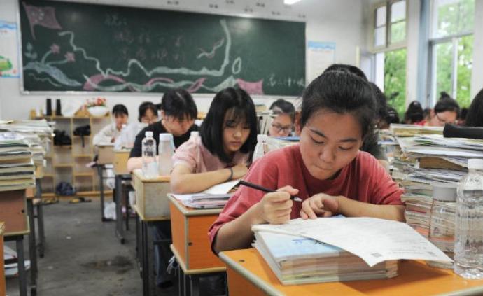 多图|安徽歙县考生教室内复习,8日综合、外语考试正常举行