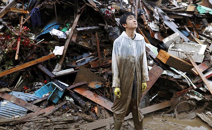 早安·世界|日本九州地区暴雨已致57人死亡,居民清理废墟