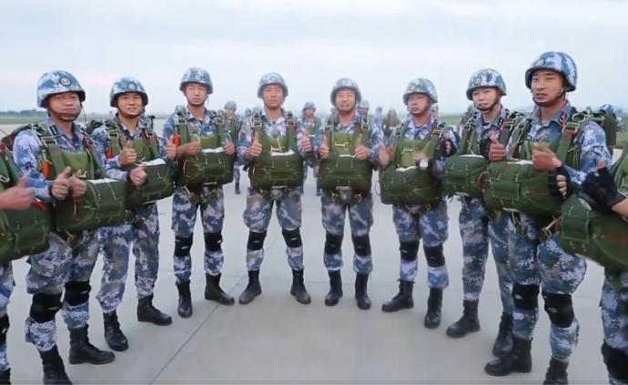 視頻丨海軍航空大學完成首次大飛機傘降,開辟救援新模式