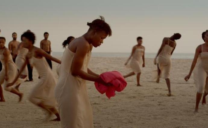 海滩上的《春之祭》!38位非洲舞者让皮娜的经典复活