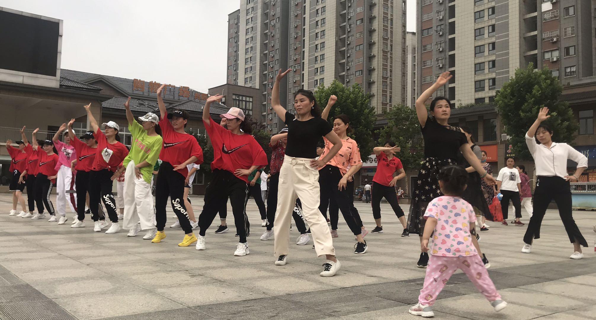 疫情缓和后,陪读妈妈们在广场跳舞。本文图片除署名外 澎湃新闻记者 何利权 图