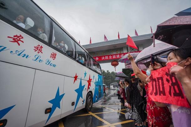 7月5日,毛坦厂中学最后一批高考生赴考场,家长们在校门口送别。汪鵬翀 图