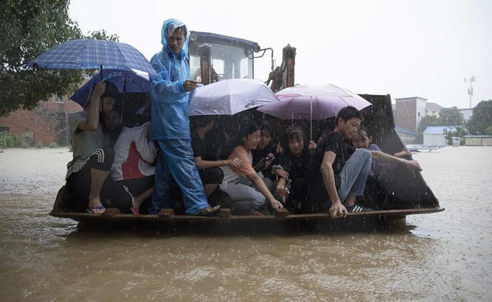 直击|江西都昌山洪暴发:盐田中学500余名学生雨中转移