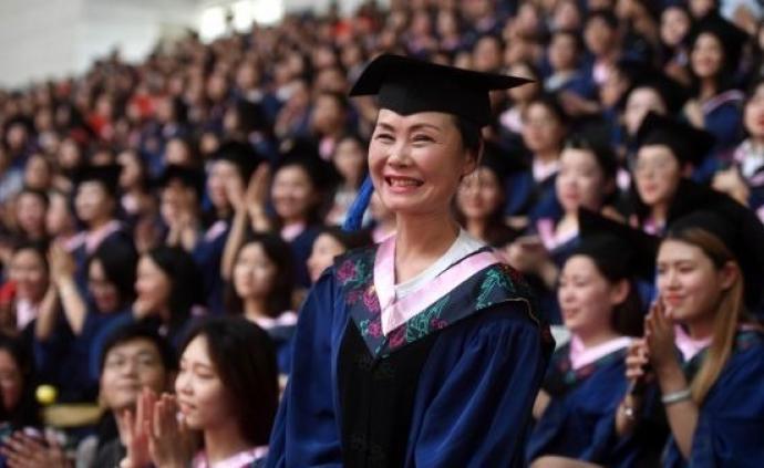 """武汉56岁""""陪考妈妈""""又考上了博士"""