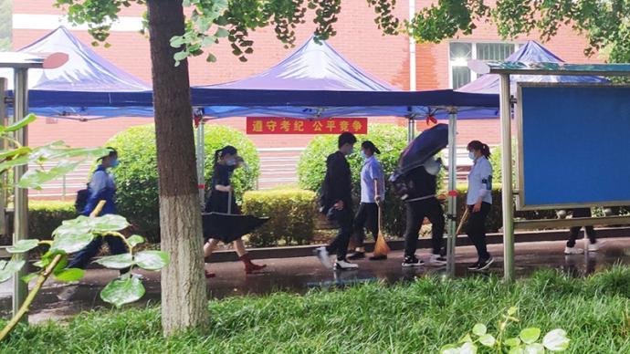 北京高考第三天迎來降雨,考點雨廊派上用場了