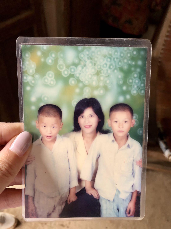 張炳蓮把宋小女和孫兒的照片藏在枕頭底下,不時翻看