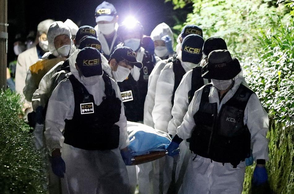 当地时间2020年7月10日,韩国首尔,救援人员连夜进行搜索行动,找到首尔市长朴元淳的遗体。 视觉中国 图
