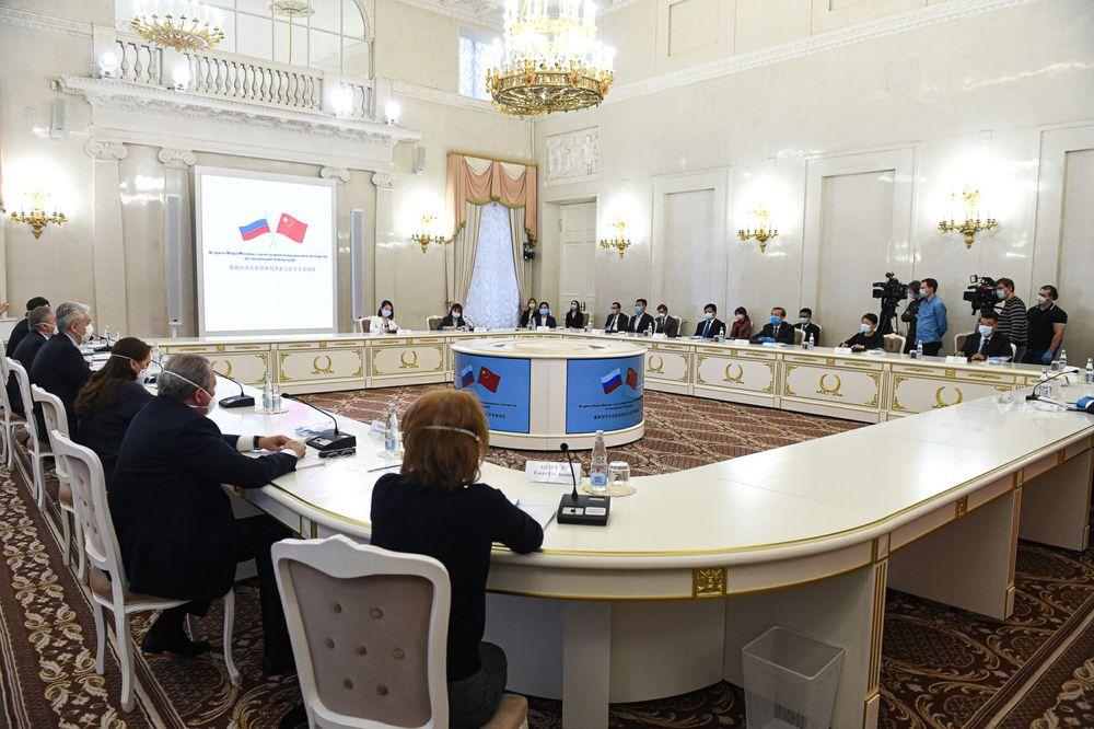 2020年4月13日,在俄罗斯首都莫斯科,中国抗疫医疗专家组与莫斯科市长索比亚宁会面。新华社发(叶甫盖尼·西尼岑摄)