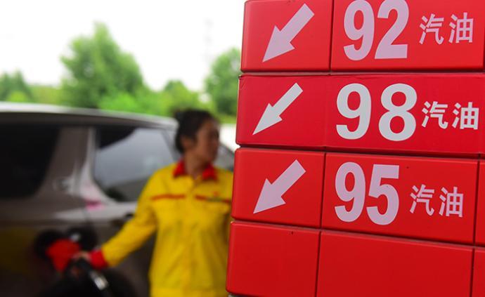 """国内成品油价""""两连涨"""":加满一箱92号汽油多花4元"""