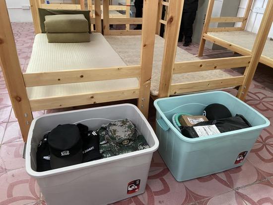 辅警安业雷生前未取的快递和其他遗物被同事放在收纳盒内。