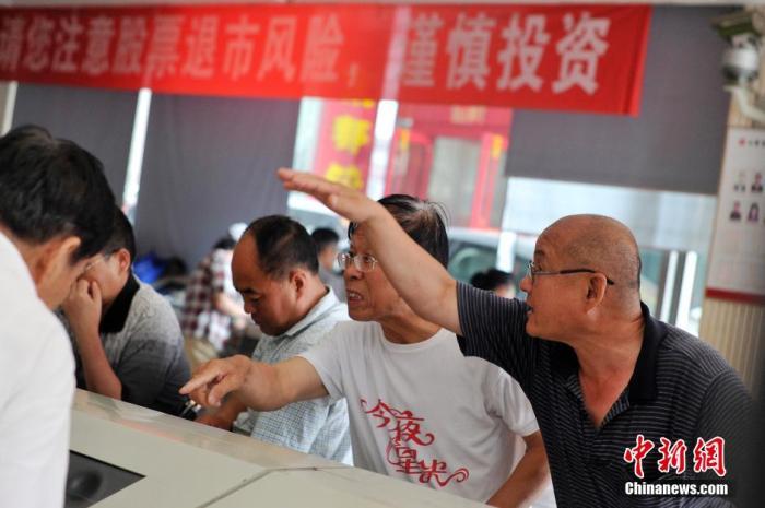原料图:两位股民在针对股指走势强烈商议。 中新社记者 韦亮 摄